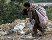 راولپنڈی: خانہ بدوش بچہ کچرے کے ڈھیر سے کار آمد اشیاء تلاش کر رہا ہے۔