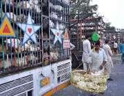 لاہور: ہول سیلروں نے دکانداروں کو متوجہ کرنے کے لیے سبزی منڈی کے قریب ..