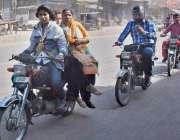لاہور: تین خواتین موٹر سائیکل پر سوار ہو کر جا رہی ہیں۔