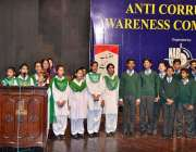 لاہور: سٹوڈنٹس اینٹی کرپشن آگاہی مقابلوں کے دوران قومی ترانہ پیش کر ..