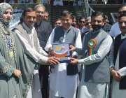 پشاور: ڈائریکٹر سپورٹس سید ثقلین شاہ ڈپٹی کمشنر ایبٹ آباد کو شیلڈ پیش ..