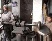 پشاور: مزدورں کے عالمی دن سے بے خبر ایک بچے کام میں اپنے والد کی مدد ..