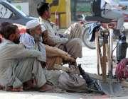 راولپنڈی: مزدو اڈے میں دیہاڑی کے انتظار میں بیٹھے ہیں۔