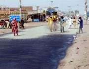 فیصل آباد: مزدو جھنگ روڈ پر سڑک کے تعمیراتی کام میں مصروف ہیں۔