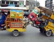 سیالکوٹ: چنگچی موٹر سائیکل سوار خراب چنگچی رکشے کو کھینچ کر لیجا رہا ..