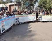 لاہور: پاکپتن کے رہائشی مقامی پولیس کے خلاف احتجاج کر رہے ہیں۔