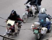 راولپنڈی: مری روڈ پر ایک ٹریفک پولیس اہلکار ون وے کی طرف جارہا ہے۔