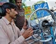 اسلام آباد: مکینک اپنی ورکشاپ میں وہیل بیلنس کرنے میں مصروف ہے۔
