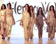 لاہور: فیصل ویک2018کے موقع پر ماڈلز ریمپ پر واک کرتے ہوئے۔