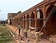 لاہور: مزدور جہانگیر کے مقبرہ کی تعمیر نوع کے کام میں مصروف ہیں۔