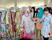 فیصل آباد: یو ای ٹی آرکروما ایس ڈی سی انٹرنیشنل کانفرنس کے موقع پر خواتین ..