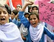 راولپنڈی: مری سے آئی طالبات اپنے مطالبات کے حق میں ای ڈی او آفس کے سامنے ..