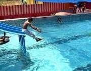 سیالکوٹ: نوجوان گرمی کی شدت سے بچنے کے لیے سوئمنگ پول میں نہا رہے ہیں۔