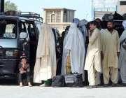 راولپنڈی: عید اپنے پیاروں کے ساتھ منانے کے لیے بس سٹینڈ پر مسافروں کے ..