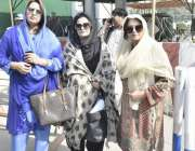 لاہور: پنجاب اسمبلی کے احاطہ میں شرکت کے لیے آنے والی خواتین اراکین ..