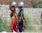 راولپنڈی: خانہ بدوش خواتین پینے کا پانی بھرکر لیجا رہی ہے۔