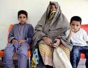 پشاور: سیٹھی ٹاؤن حسین چوک کی رہائشی بیوہ خاتون اپنے بچوں کے ہمراہ عابدہ ..