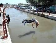پشاور: نوجوان خطرناک انداز سے نہر میں جمپ لگا رہا ہے جو کسی حادثے کا ..