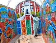 ملتان: ایک پینٹر ٹرک پر پینٹنگ بنانے میں مصروف ہے۔
