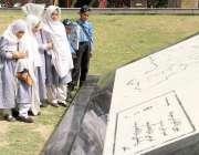 لاہور: نظریہ پاکستان ٹرسٹ کے دورے پر آئے مقامی سکول کے بچے نقشہ دیکھ ..