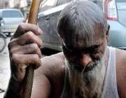 حیدر آباد: گرمی کی شدت کم کرنے کے لیے ایک بزرگ پائپ سے نہا رہا ہے۔