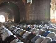 لاہور: روزہ دار رمضان المبارک کے چوتھے جمعتہ المبارک کی نمازادا کر ..