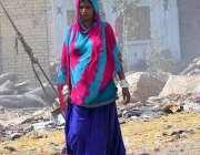 حیدر آباد: خانہ بدوش خاتون پینے کے لیے بوتل میں پانی بھر کر لیجار ہی ..