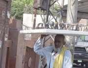 لاہور: ایک بزرگ محنت کش عینکیں فروخت کر رہا ہے۔