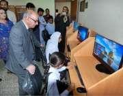 اسلام آباد: وزیر اعظم کے مشیر عرفان صدیقی نیشنل لائبریری میں کمپیوٹر ..