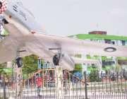 فیصل آباد: کوہ نورفلیٹس کے سامنے پارک میں نصب طیارے کے کاک پٹ میں کمسن ..