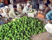 حیدر آباد: سبزی منڈی میں مزدور آم لکڑی کی پیٹیوں میں پیک کر رہے ہیں۔