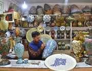ملتان: ایک دستکار اپنی فیکٹری میں دستکاری اشیاء بنانے میں مصروف ہے۔