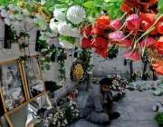 راولپنڈی : محنت کش مصنوعی پھولوں کے گلدستے سجائے گاہکوں کے انتظار میں ..