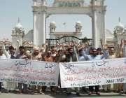 فیصل آباد: بجلی و گیس سے محروم شہری ضلع کونسل چوک میں ارکان اسمبلی کے ..