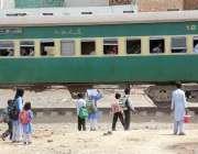 سرگودھا: سکول سے چھٹی کے بعد بچے ریلوے لائن کراس کرنے کے لیے ٹرین کا ..