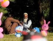 اسلام آباد: معمر شخص پارک کے باہر بچوں کے کھلونے فروخت کررہا ہے۔