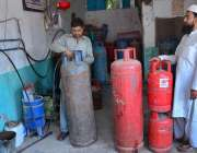 حیدر آباد: دکاندار سلنڈر میں ایل پی جی گیس بھرنے میں مصروف ہے۔