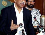 کراچی: گورنر سندھ محمد زبیر پریس کانفرنس سے خطاب کر رہے ہیں۔