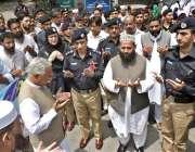 ایبٹ آباد: آر پی او پولیس افسران کے ہمراہ یوم شہداء کے موقع پر دعا مانگ ..