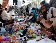 اسلام آباد: آبپارہ بازار سٹال سے شہری بچوں کے کھلوں نے خرید رہے ہیں۔
