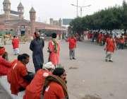 لاہور: ریلوے اسٹیشن کے باہر قلی مسافروں کے انتظار میں بیٹھے ہیں۔