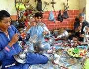 لاڑکانہ: محنت کش محرم الحرام کے حوالے سے اشیاء بنا رہے ہیں۔