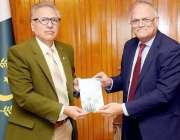 اسلام آباد: صدر مملکت ڈاکٹر عارف علوی کو ڈاکٹر جاوید جبار کی کتاب پیش ..