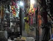 اسلام آباد : دکاندار قربانی کے جانوروں کی سجاوٹ کا سامان اپنی دکان کے ..