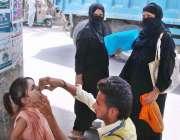 حیدر آباد: انسداد پولیو مہم کے دوران پولیو ورکر ایک بچی کو پولیو کے ..
