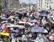 لاہور: ڈینگی ملازمین اور ویکسینیٹرز اپنے مطالبات کے حق میں ایوان اقبال ..