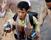 راولپنڈی: لاری اڈے کے قریب ایک محنت کش چار جنگ کیبل و دیگر سامان اٹھائے ..
