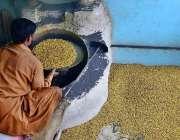 حیدر آباد: محنت کش بھٹی پر چنے بھون رہا ہے۔