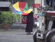 راولپنڈی: خاتون بارش اور تیز ہوا میں اڑتی چھتری کو سنبھالنے کی کوشش ..