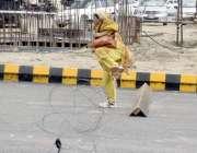 لاہور: ایک خاتون تحریک لبیک کی ریلی کے موقع پر راستہ بند کرنے کے لیے ..